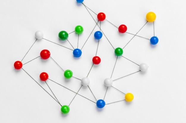Pines conectados creando una red