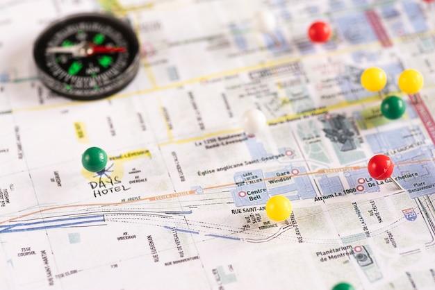 Pinpoints y brújula en el mapa