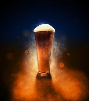 Pinta cerveza con humo, partículas y luz de fondo del producto