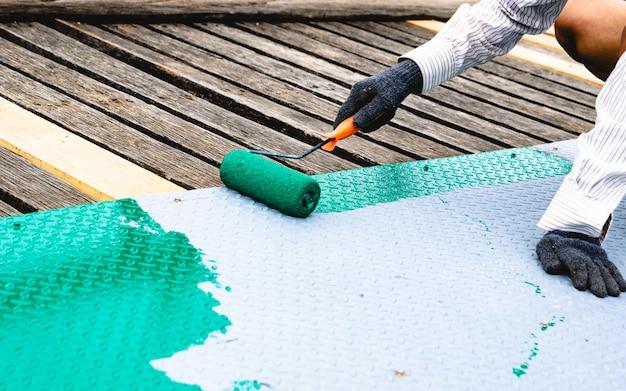 Pintado con un rodillo en el piso de acero.