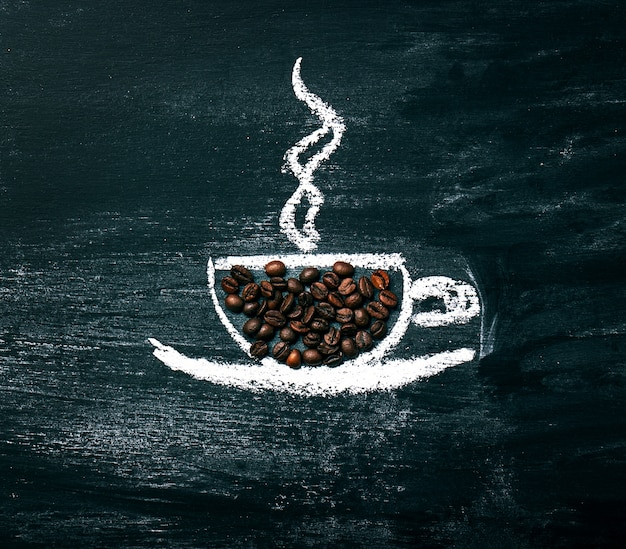 Pintado taza de café con granos de café natural en una pizarra.