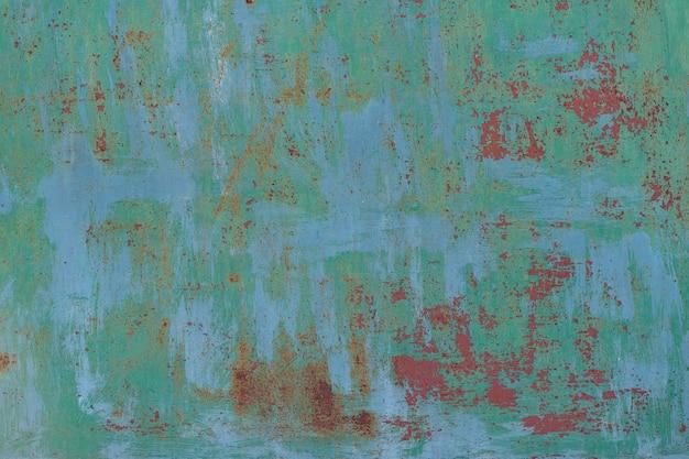 Pintado en verde viejo fondo oxidado de metal agrietado.