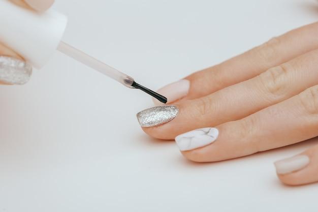 Pintando uñas