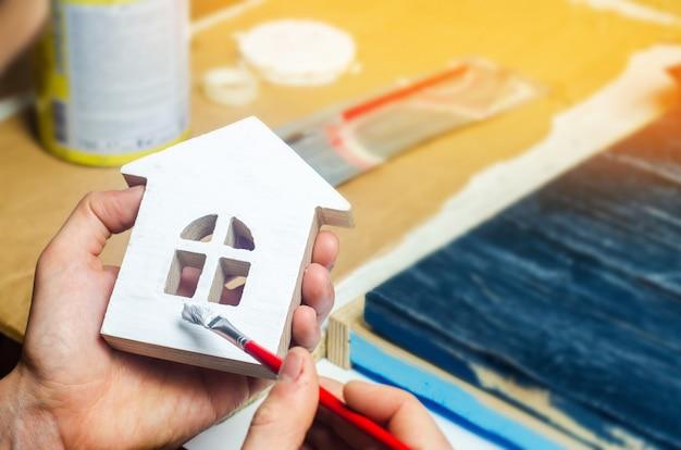 Pintar la casa, reparar, pintar la fachada del edificio, recortar el trabajo en una casa,