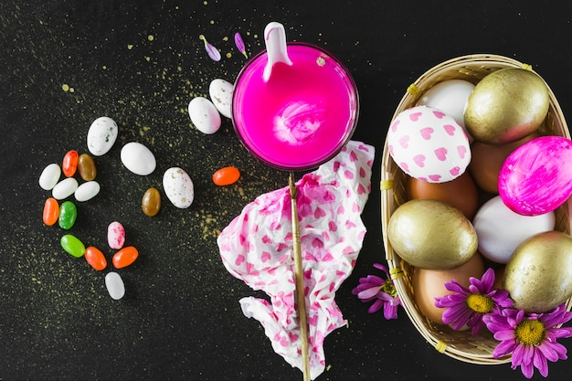 Pintar cerca de caramelos de goma y huevos
