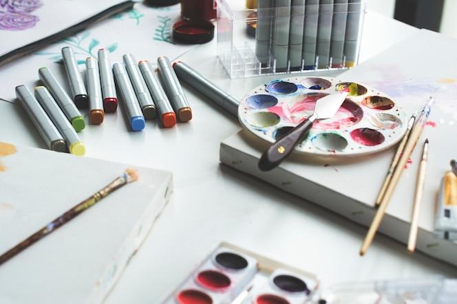 Pintar objetos de color en una mesa de mármol