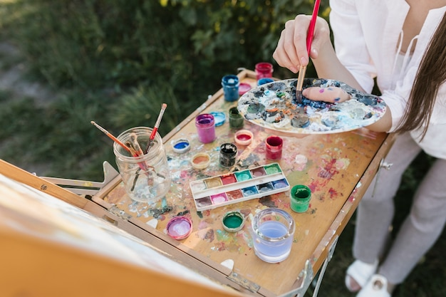 Pintor de alto ángulo con elementos de pintura