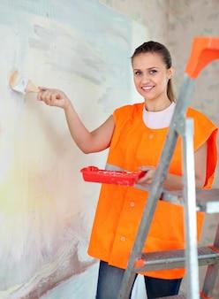 Pintor de casas pinta la pared