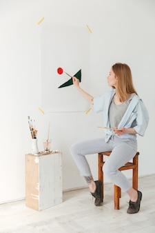 Pintor caucásico joven concentrado