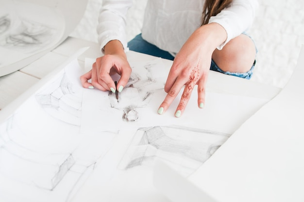 Pintor dibujo en estudio
