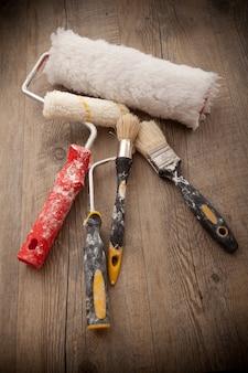 Pintores herramientas en fondo de madera
