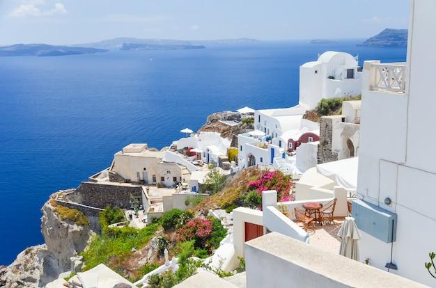 La pintoresca ciudad en la ladera de la isla de santorini