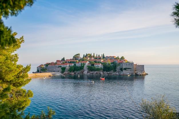 Pintoresca pequeña isla de san esteban en el mar adriático.