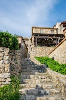 Pintorescas calles estrechas en el casco antiguo. ulcinj, montenegro.