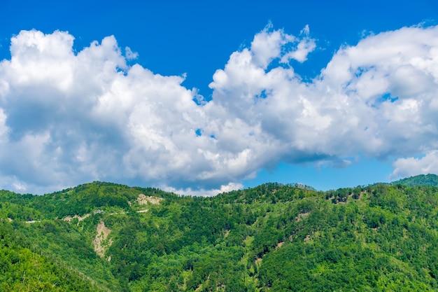 Las pintorescas montañas se encuentran en el corazón de montenegro.