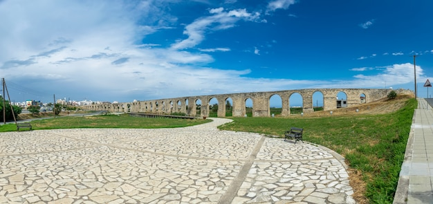 El pintoresco y antiguo acueducto se encuentra cerca de la ciudad de larnaca.