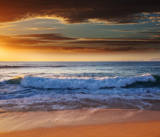 Pintoresco atardecer colorido en la costa del mar. bueno para papel tapiz o imagen de fondo.