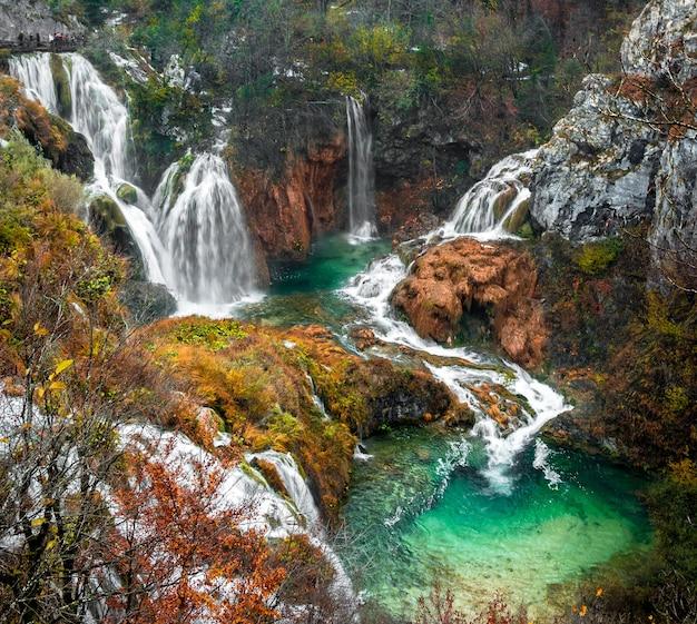 Pintoresco disparo de alto ángulo de cascadas del parque nacional de los lagos de plitvice ubicado en plitvicki, croacia