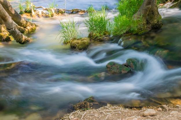 El pintoresco kravice cae en el parque nacional de bosnia y herzegovina.