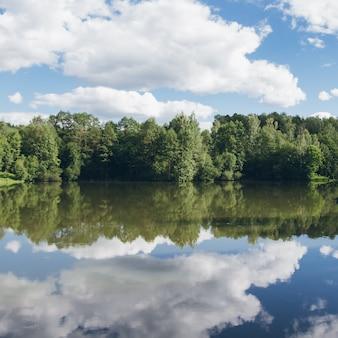 El pintoresco lago en verano.