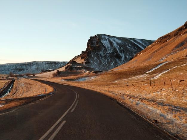 Pintoresco paisaje de invierno de islandia.
