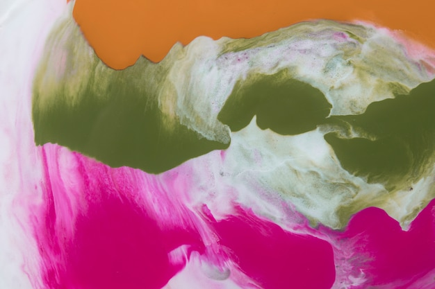 Pintura abstracta colorida en el papel pintado blanco