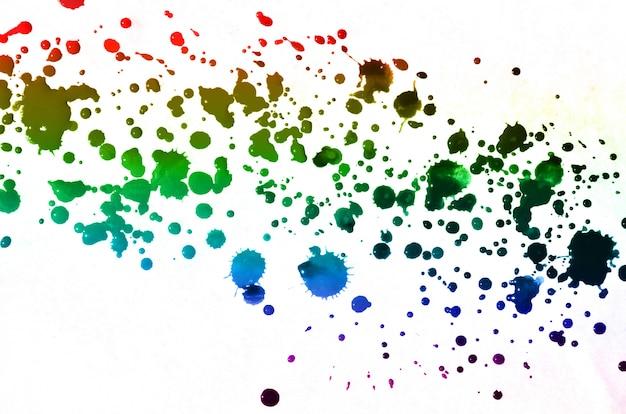 La pintura de acuarela abstracta cae salpicaduras de manchas de tinta multicolor de todos los colores.