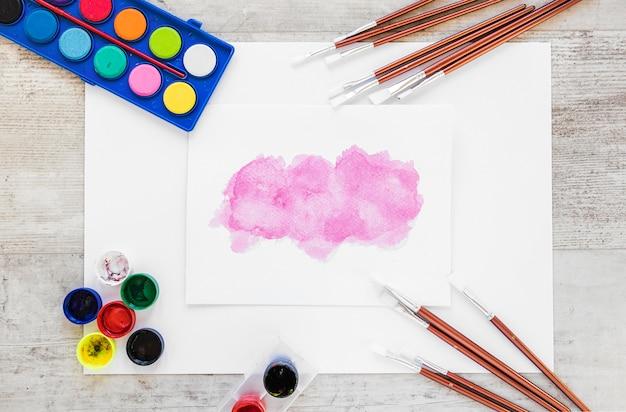 Pintura de acuarela plana y salpicaduras de color rosa