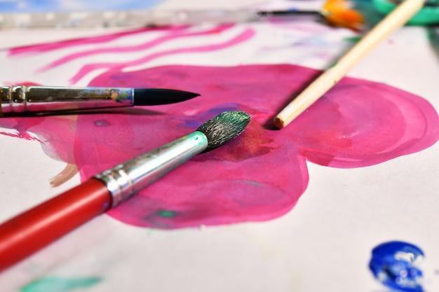 Pintura de acuarela sobre papel, vista superior de la mesa.