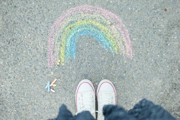 Pintura arcoíris con tizas de colores sobre pavimen