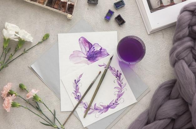 Pintura creativa de brillantes pinturas de acuarela, lápices de colores, pinceles para dibujar flores. vista superior