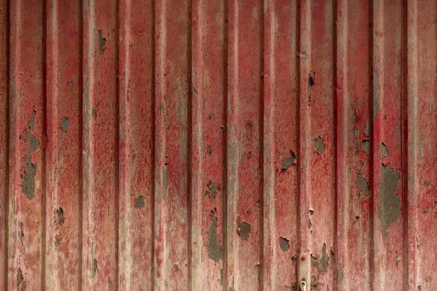 Pintura descascarada sobre una superficie metálica envejecida
