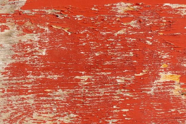 Pintura desconchada en superficie de madera envejecida
