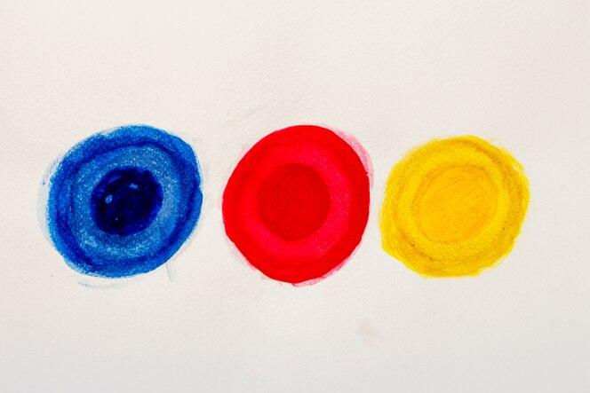 Pintura hermosa de la mano de los elementos del diseño de la acuarela en el fondo blanco