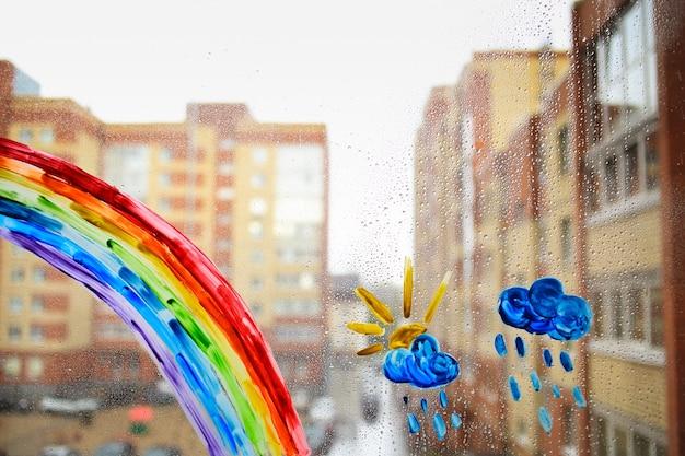 Pintura infantil en una ventana mojada