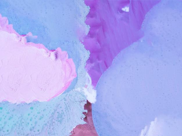 Pintura minimalista con colores violeta y azul.