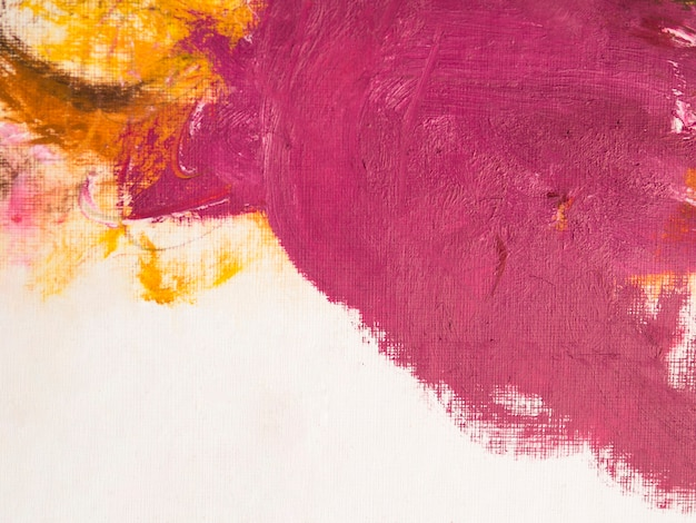 Pintura minimalista con pinceladas rosas y amarillas.