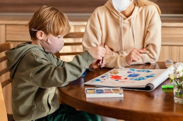 Pintura de niño de primer plano sobre papel