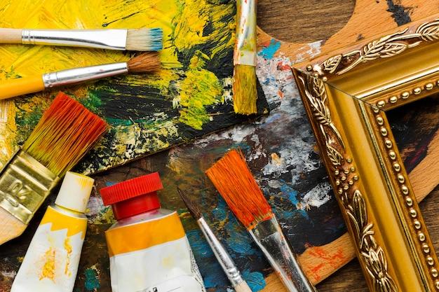 Pintura y pinceles abstractos