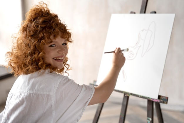 Pintura sobre lienzo mujer sonriente de tiro medio