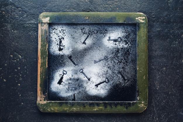 Pintura sobre vidrio en marco de madera. contorno de teclas sobre pintura blanca.