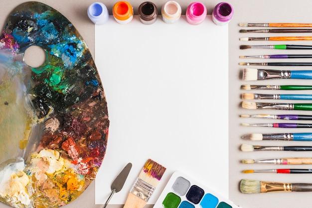 Pintura suministros composición alrededor de papel