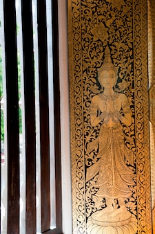 Pintura en la ventana en wat phra singh, chiang mai, tailandia