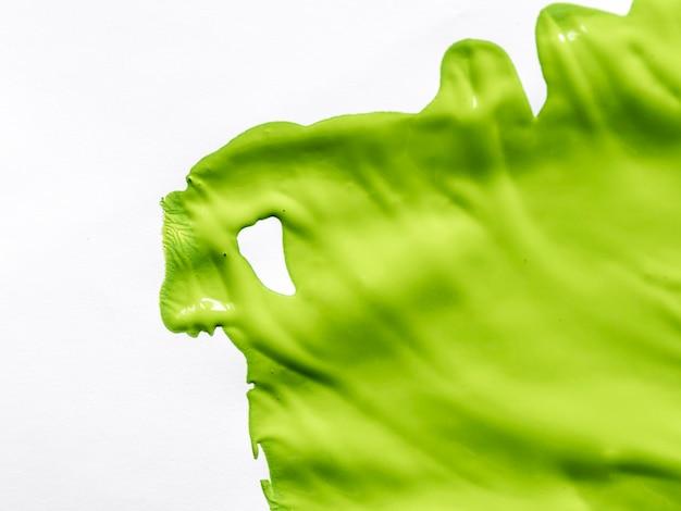 Pintura verde sobre fondo blanco