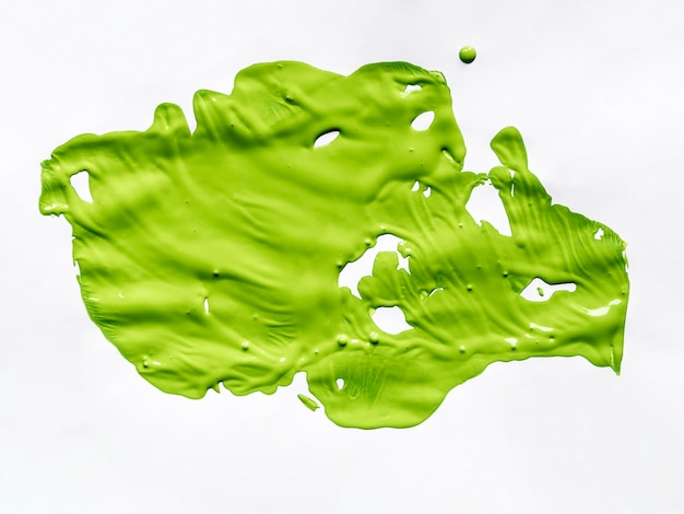 Pintura verde sobre lienzo blanco.