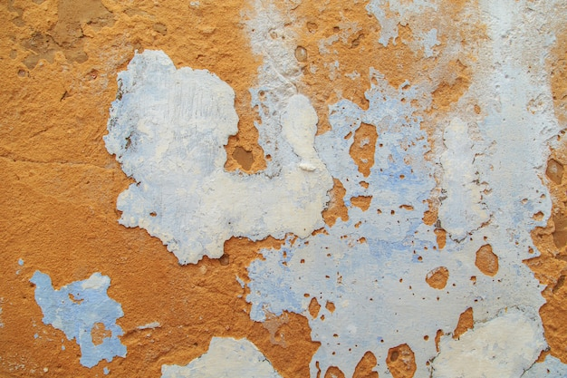 Pintura vieja seca y agrietada en la pared.
