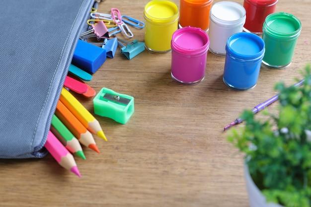 Pinturas de acuarela, pinceles y lápices de colores.