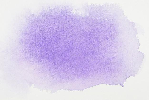 Pinturas moradas en hoja blanca.
