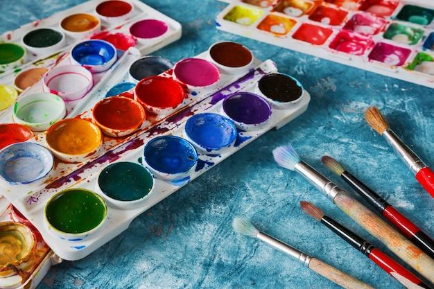Pinturas y pinceles de arte, accesorios para el artista.