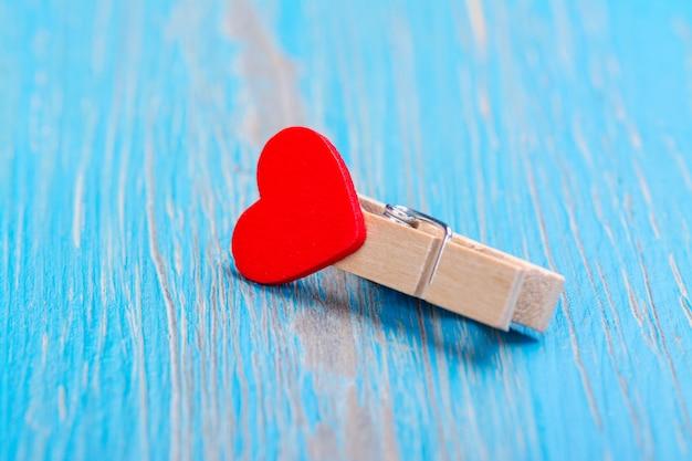 Pinza de madera pequeña con corazón rojo